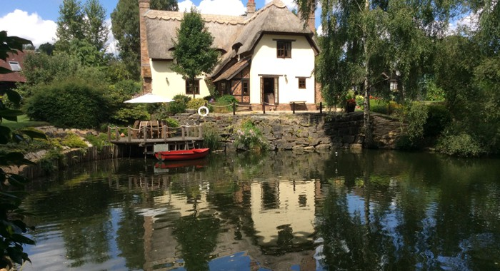 Kingfisher Retreat thatched cottage B&B